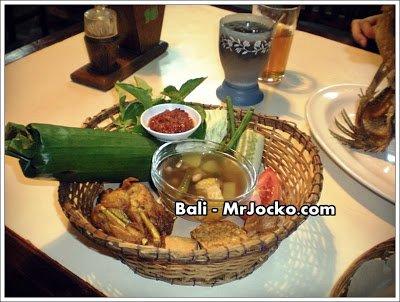 Food Review Menu Ayam Penyet dan Ikan Goreng Terbang Bali Indonesia