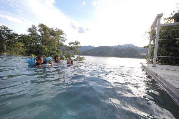 infinity-pool-belum-rainforest-resorts-04