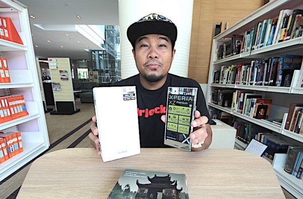 Unboxing Sony Xperia XZ Premium Smartphone Punya Slow Motion 4K Terbaik